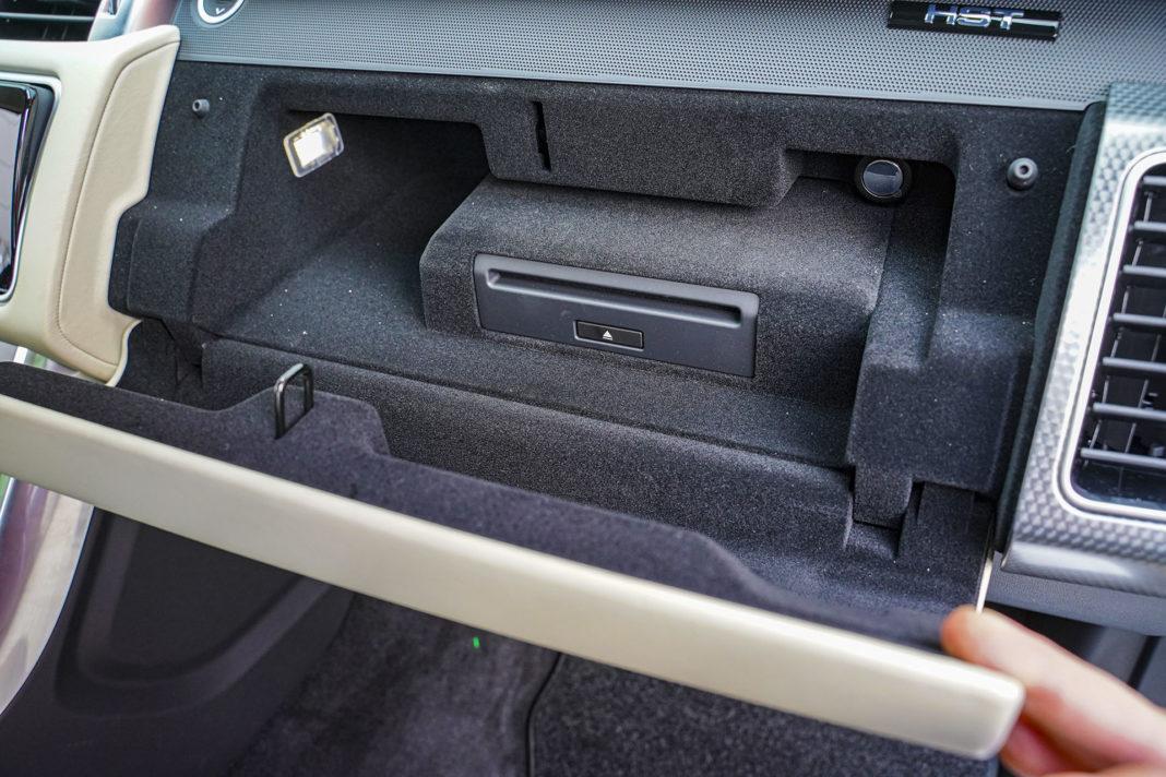 Range Rover Sport - górny schowek przed pasażerem
