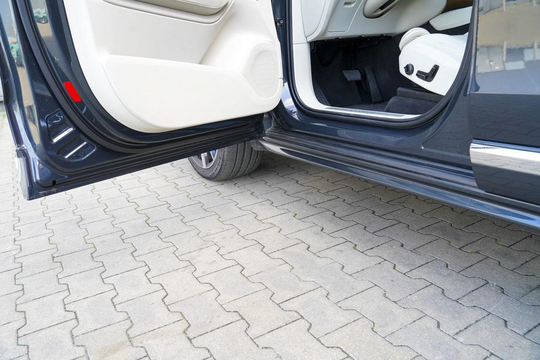 Volvo XC90 - niezasłonięte progi
