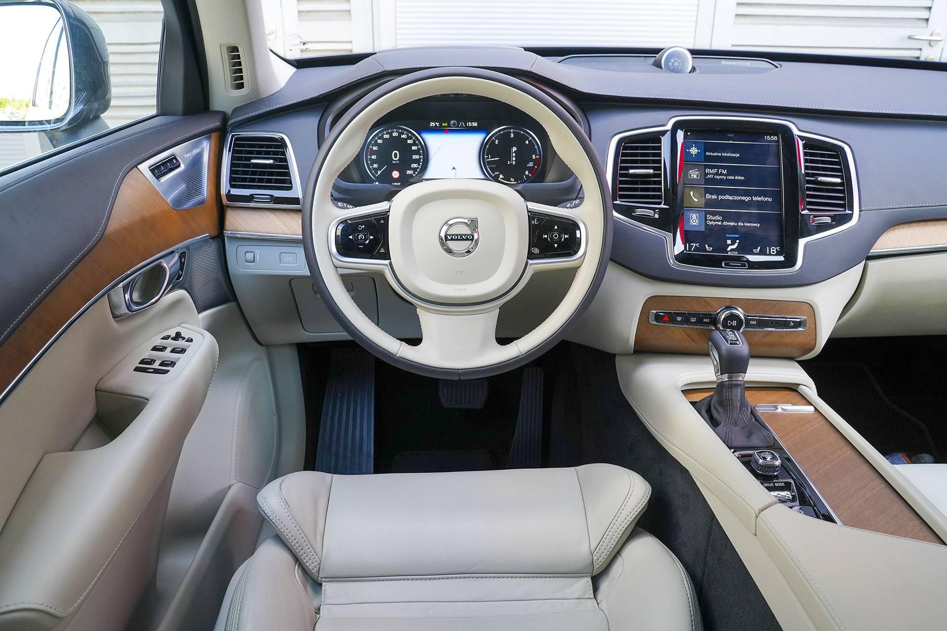 Volvo XC90 - deska rozdzielcza - Land Rover Discovery, Mercedes GLE, Range Rover Sport, Volkswagen Touareg, Volvo XC90 – PORÓWNANIE –opinie, dane techniczne, wymiary