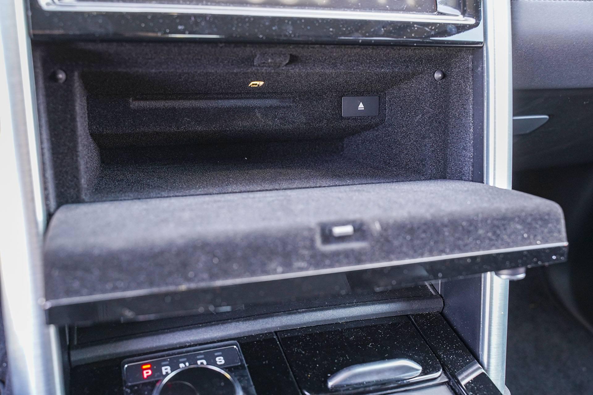 Land Rover Discovery - schowek za panelem klimatyzacji - Land Rover Discovery, Mercedes GLE, Range Rover Sport, Volkswagen Touareg, Volvo XC90 – PORÓWNANIE –opinie, dane techniczne, wymiary