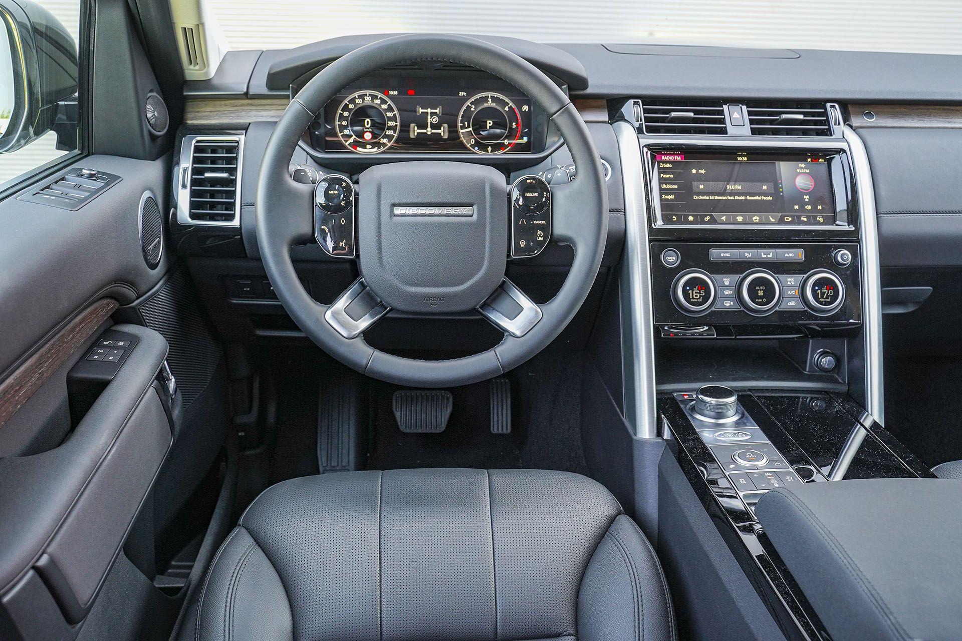 Land Rover Discovery - deska rozdzielcza - Land Rover Discovery, Mercedes GLE, Range Rover Sport, Volkswagen Touareg, Volvo XC90 – PORÓWNANIE –opinie, dane techniczne, wymiary