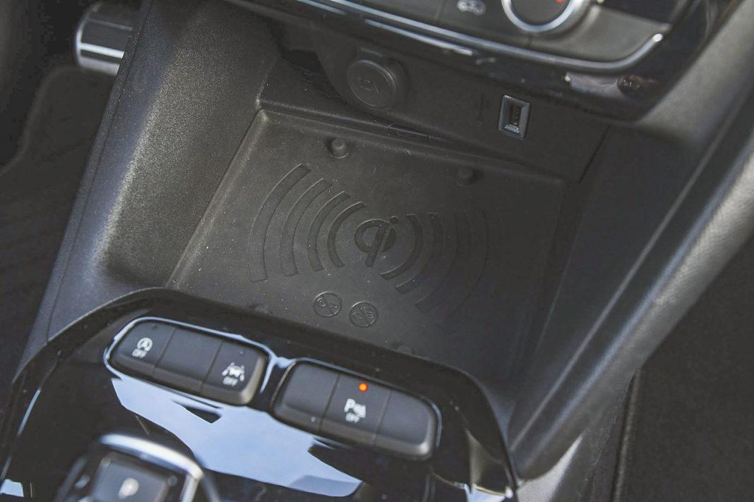 Opel Corsa - ładowarka indukcyjna