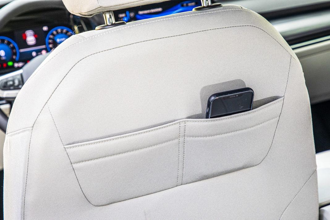 Volkswagen Golf - kieszenie na oparciach foteli