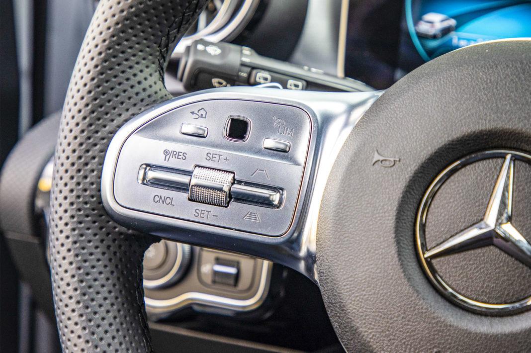 Mercedes klasy A - panel dotykowy na kierownicy