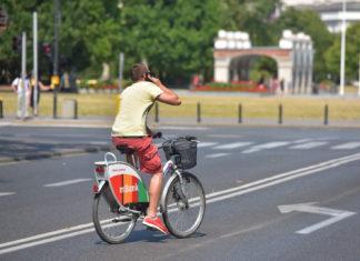 Nie rób tego na rowerze! Zapłacisz 200 zł mandatu