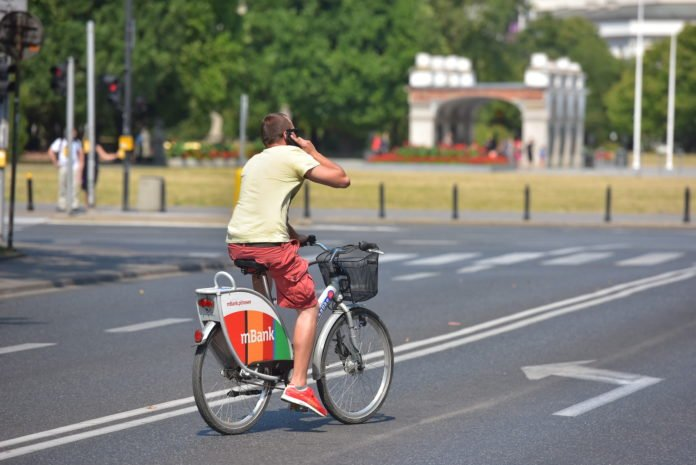 Rozmowa przez telefon na rowerze