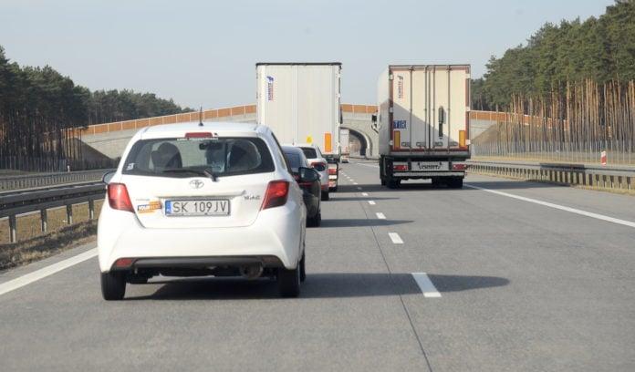 Wyprzedzajace sie ciezarowki na autostradzie