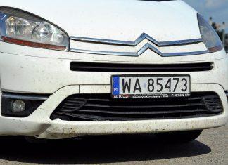 Jak usunąć owady z lakieru samochodu? Sama woda nie wystarczy!
