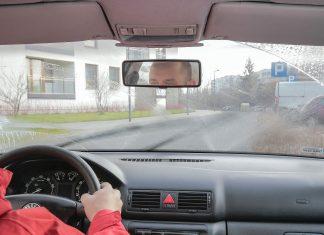 Jak wymienić wycieraczki w samochodzie? Jak wybrać odpowiednie wycieraczki?