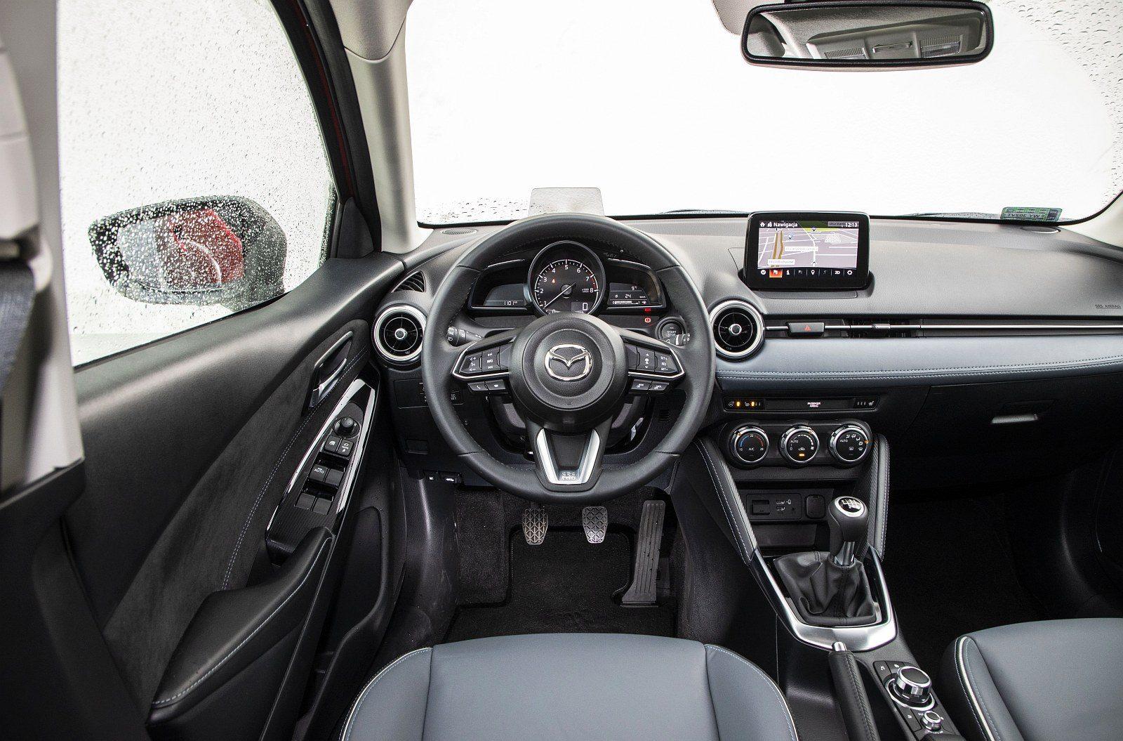 Mazda 2 1.5 Skyactiv-G M Hybrid test 2020 - deska rozdzielcza kokpit