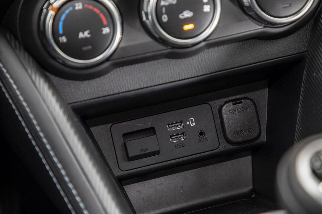 Mazda 2 1.5 Skyactiv-G M Hybrid test 2020 - gniazda USB