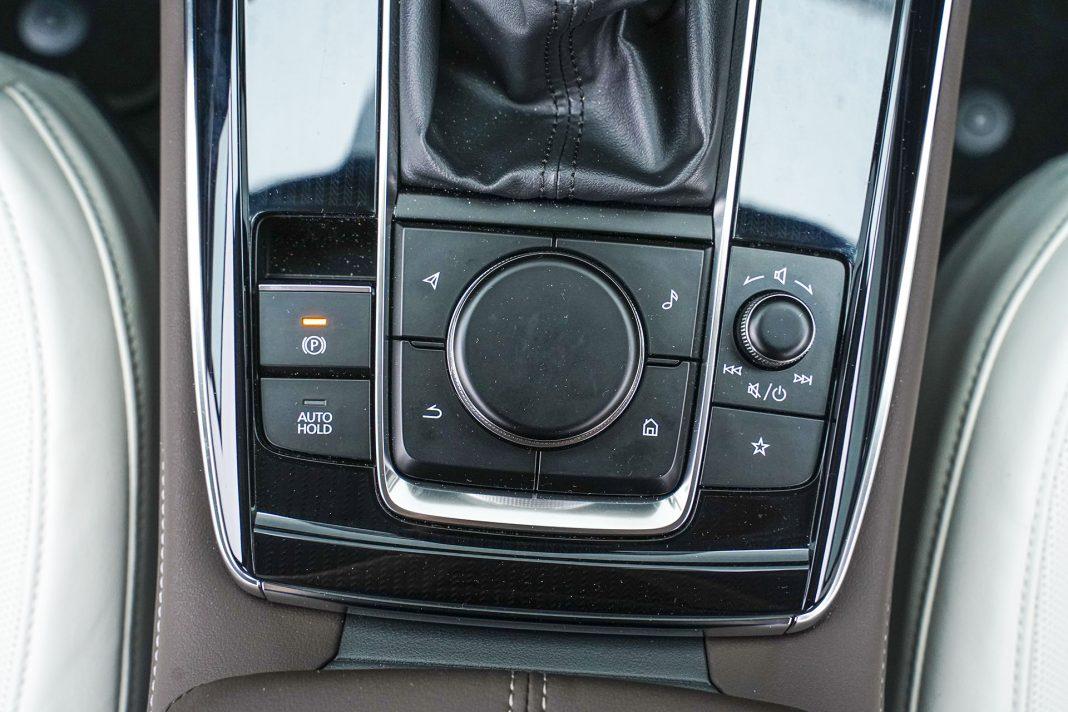 Mazda CX-30 - panel sterowania ekranem