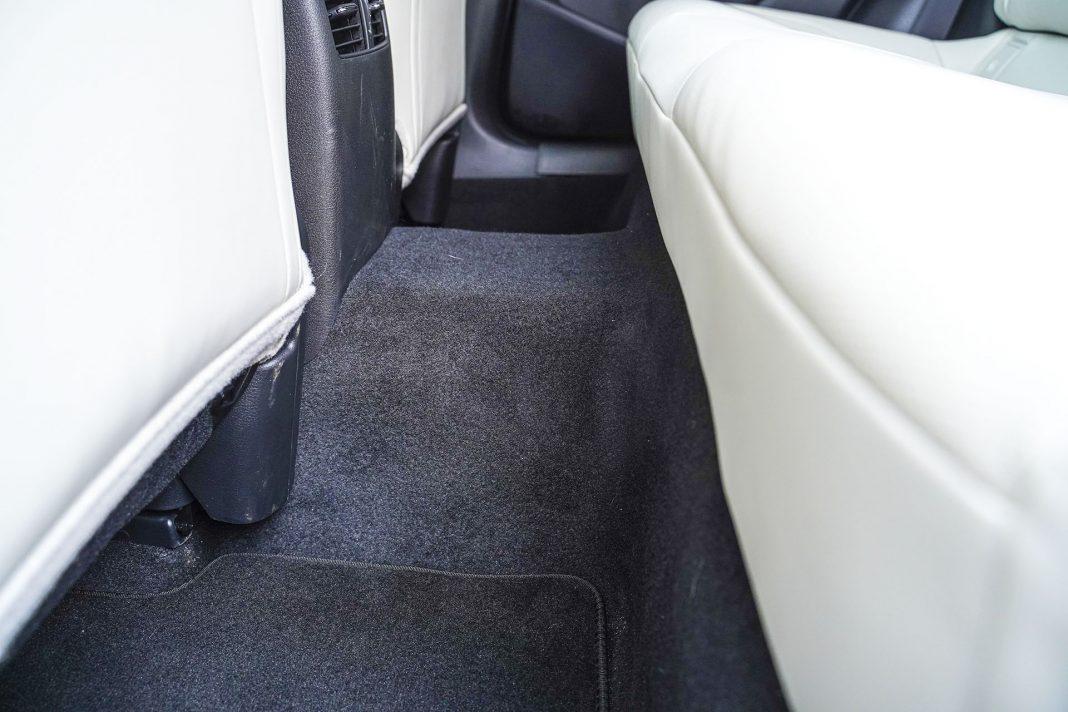Mazda CX-30 - tunel centralny