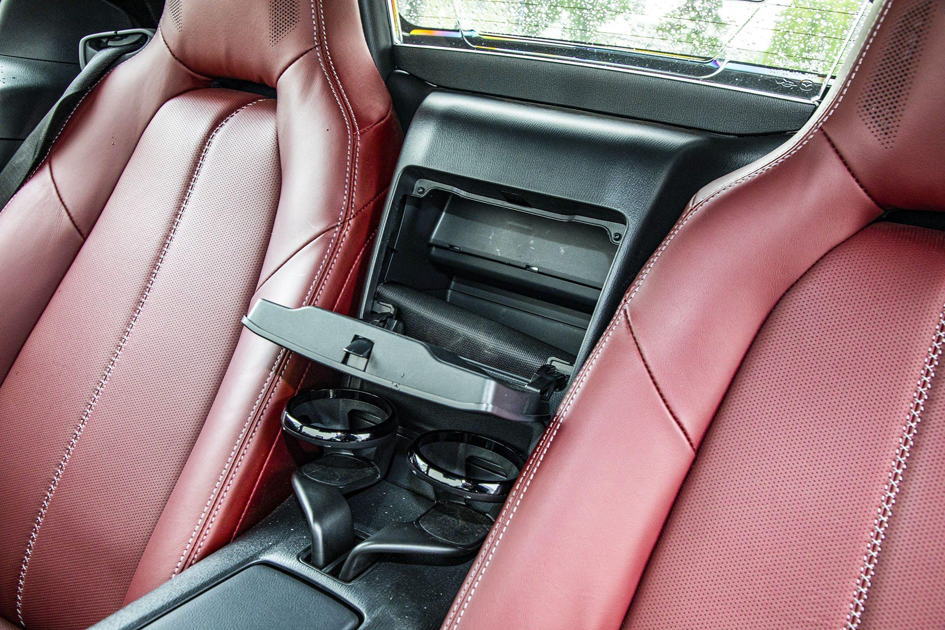 Mazda MX-5 RF - schowek między oparciami
