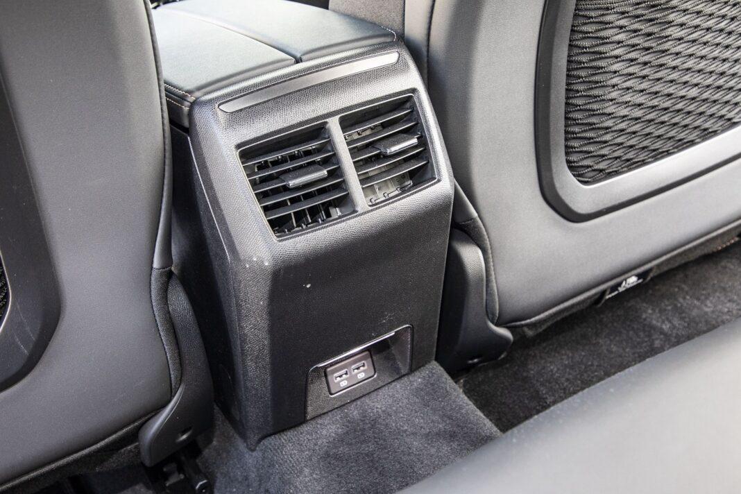 Peugeot 508 HYbrid 225 - otwory wentylacyjne i USB z tyłu