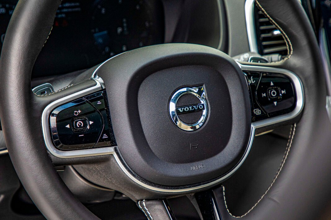 Volvo XC90 - przyciski na kierownicy