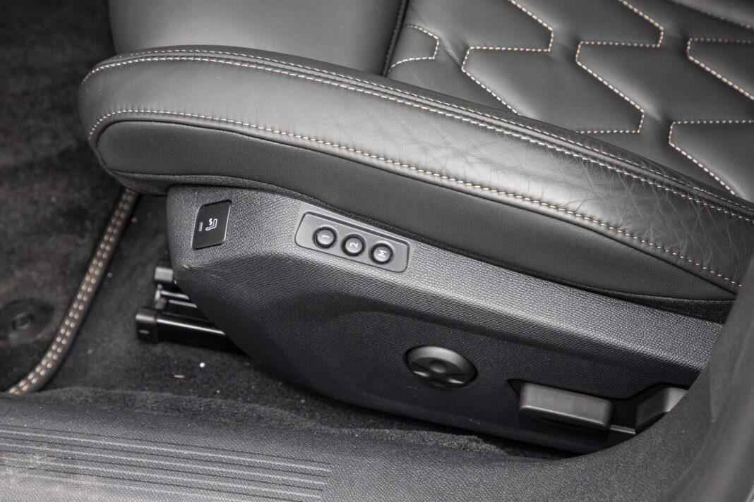 Peugeot 508 HYbrid 225 - przycisk masażu