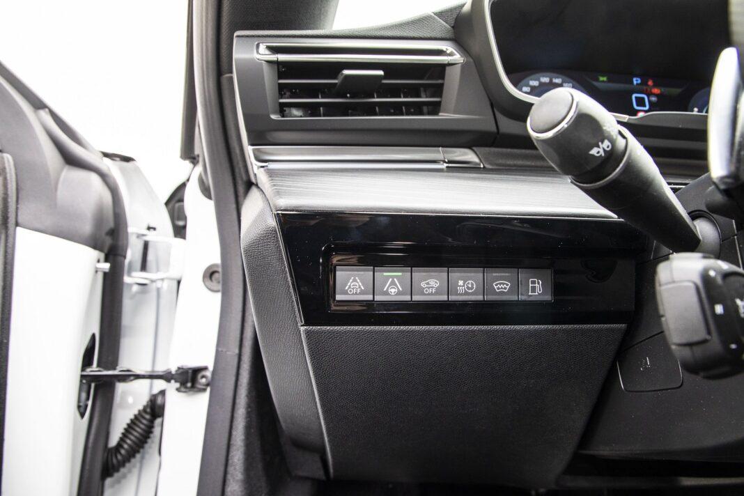 Peugeot 508 HYbrid 225 - przyciski m.in. systemów wspomagających kierowcę