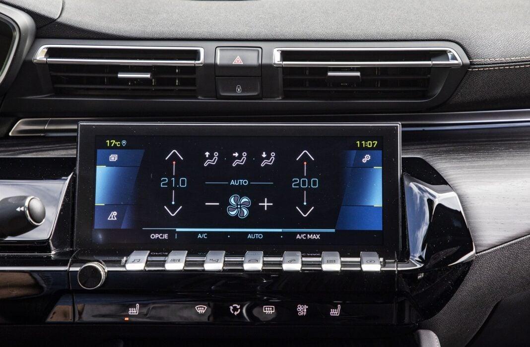 Peugeot 508 HYbrid 225 - regulacja wentylacji przez ekran