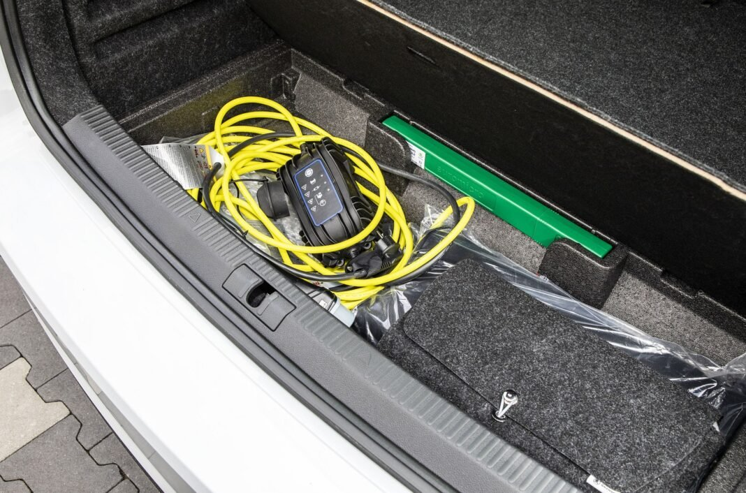Skoda Superb iV - kable do ładowania pod podłogą bagażnika