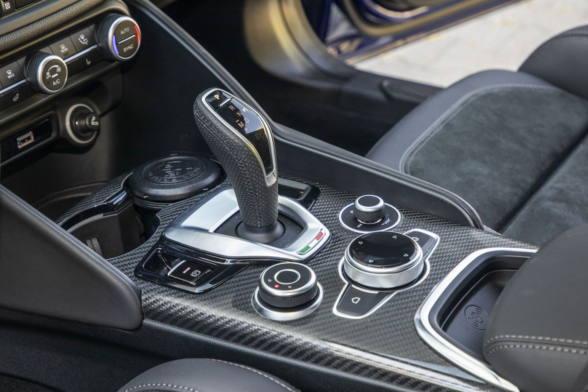 2020 Alfa Romeo Giulia 2.0 GME TB 280 Q4 Veloce – konsola środkowa