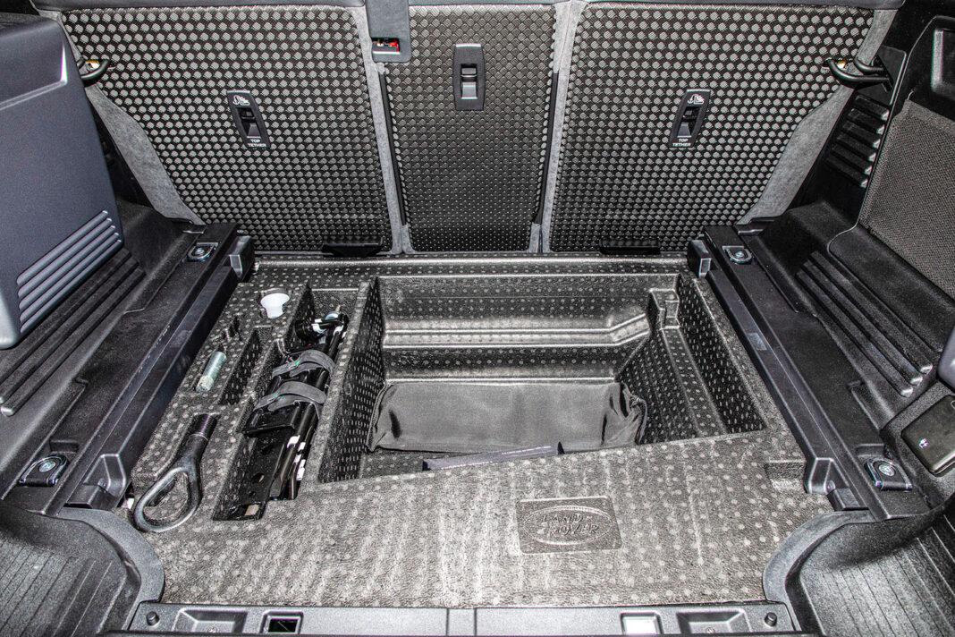 Land Rover Defender - wnęka pod bagażnikiem
