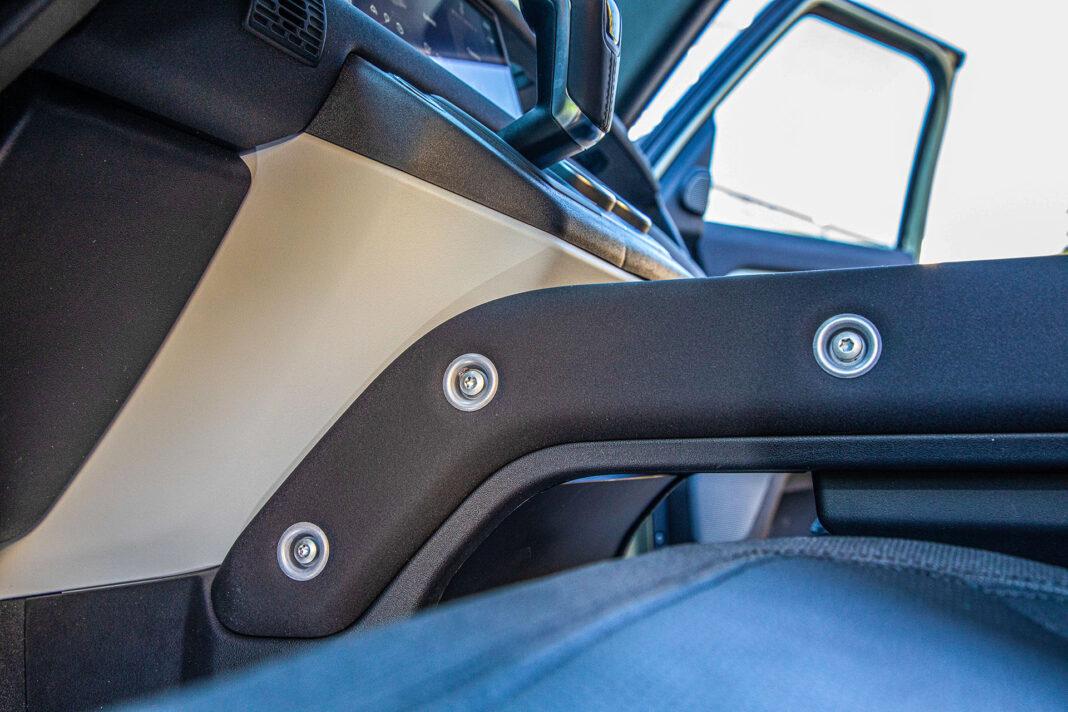 Land Rover Defender - widoczne śruby