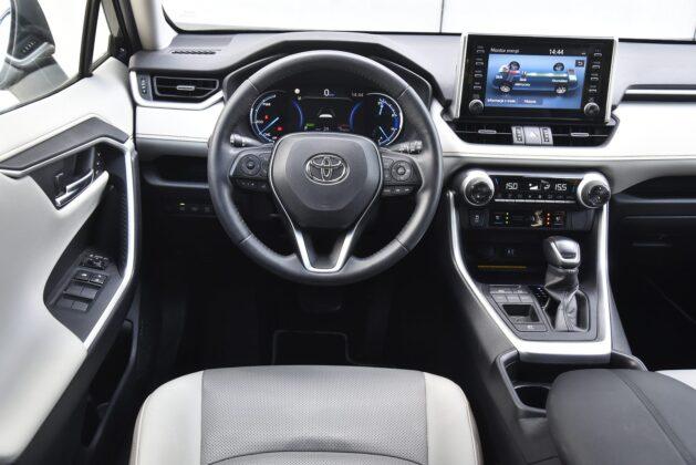 Toyota RAV4 - kokpit