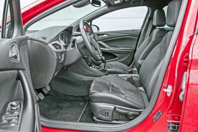 Opel Astra Sports Tourer - fotele przednie