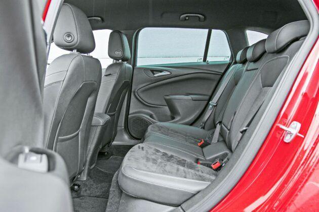 Opel Astra Sports Tourer - tylna kanapa