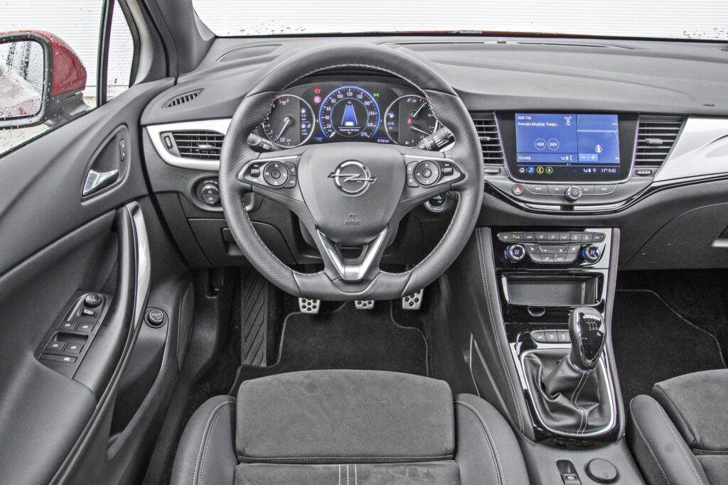 Opel Astra Sports Tourer - deska rozdzielcza