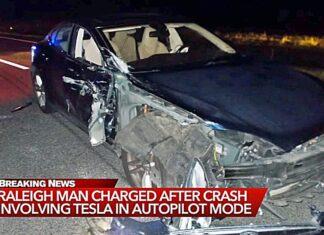 Tesla na Autopilocie wjechała w radiowóz. Nie zgadniesz, co robił kierowca