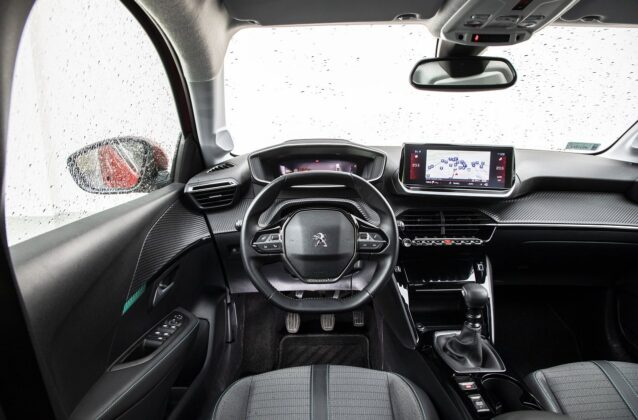 Peugeot 208 1.2 PureTech - deska rozdzielcza