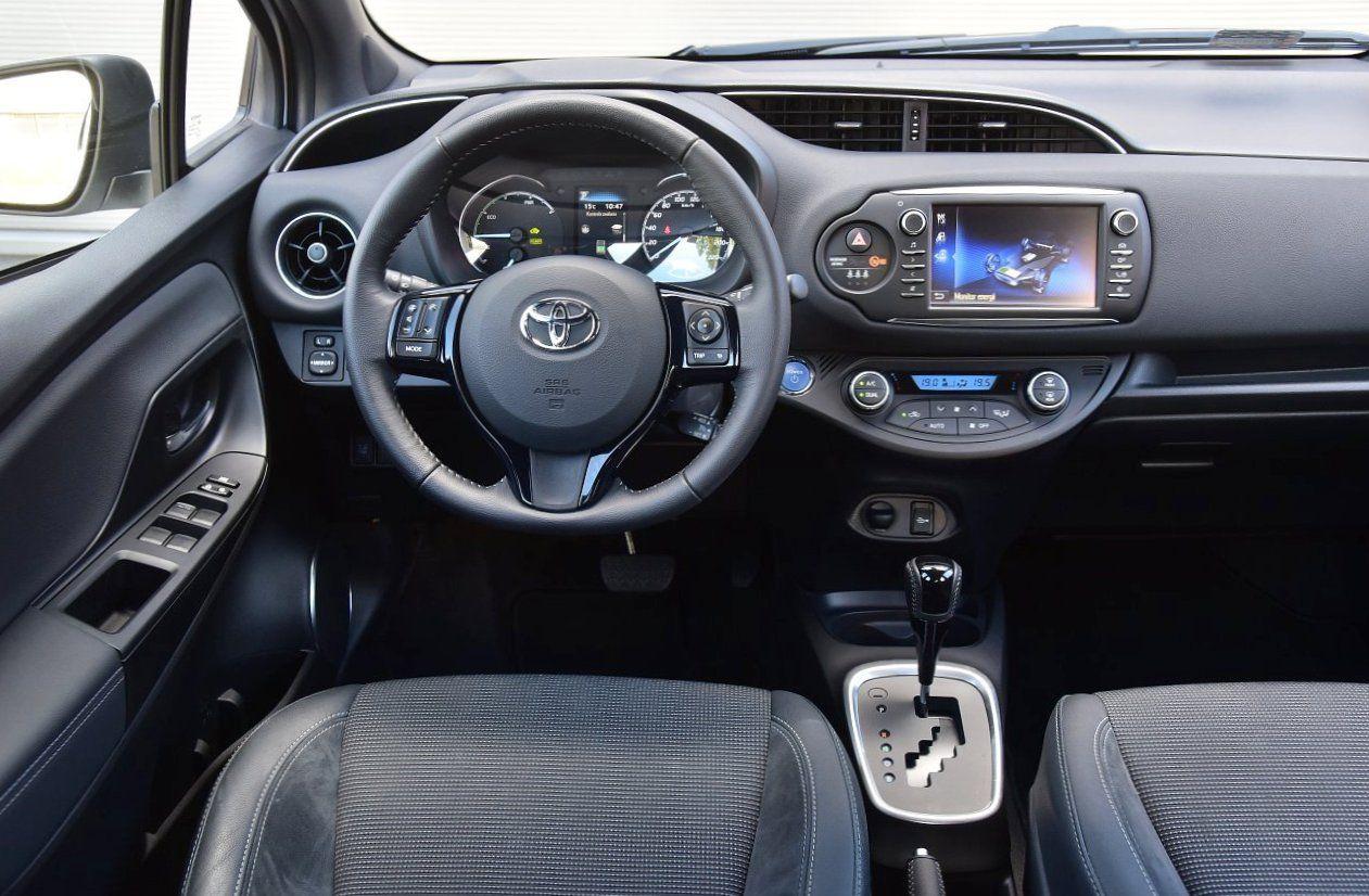 Toyota Yaris Hybrid 2017 - deska rozdzielcza