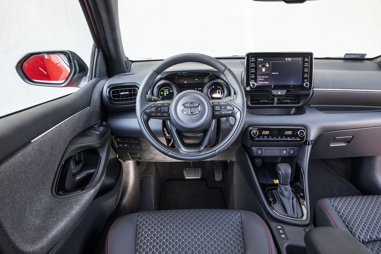 Toyota Yaris Hybrid 2020 - kokpit