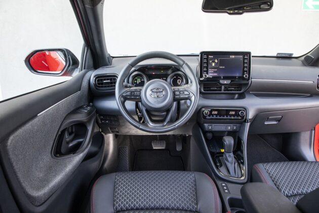 Toyota Yaris Hybrid 2020 - wnętrze