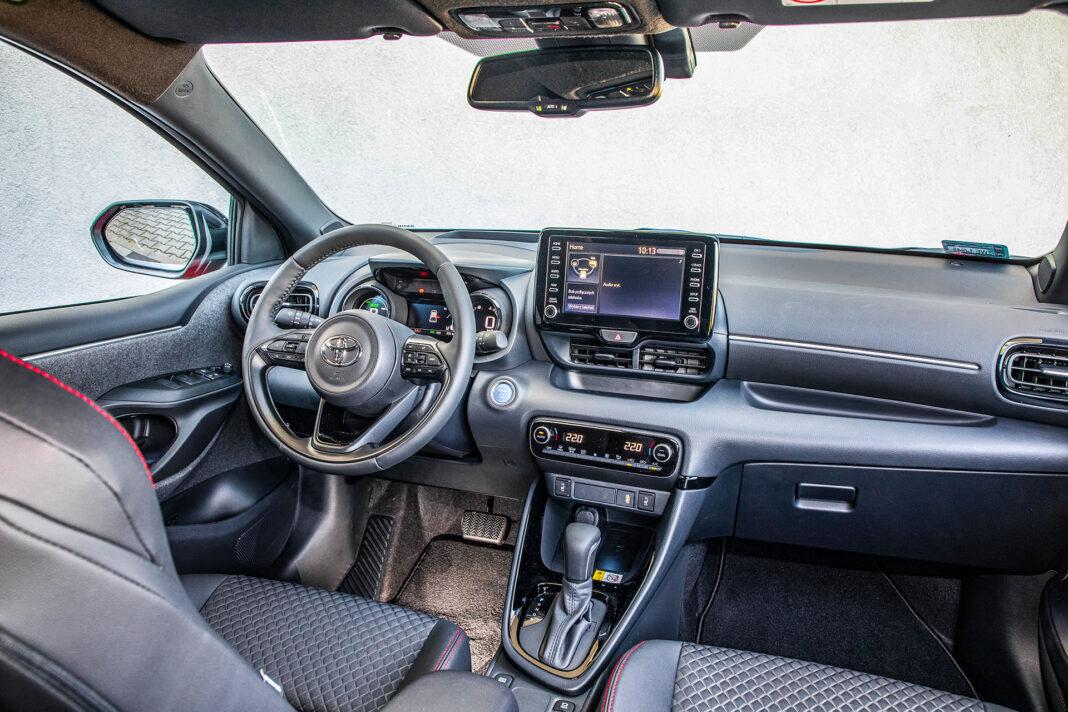 Toyota Yaris 1.5 Hybrid - kokpit
