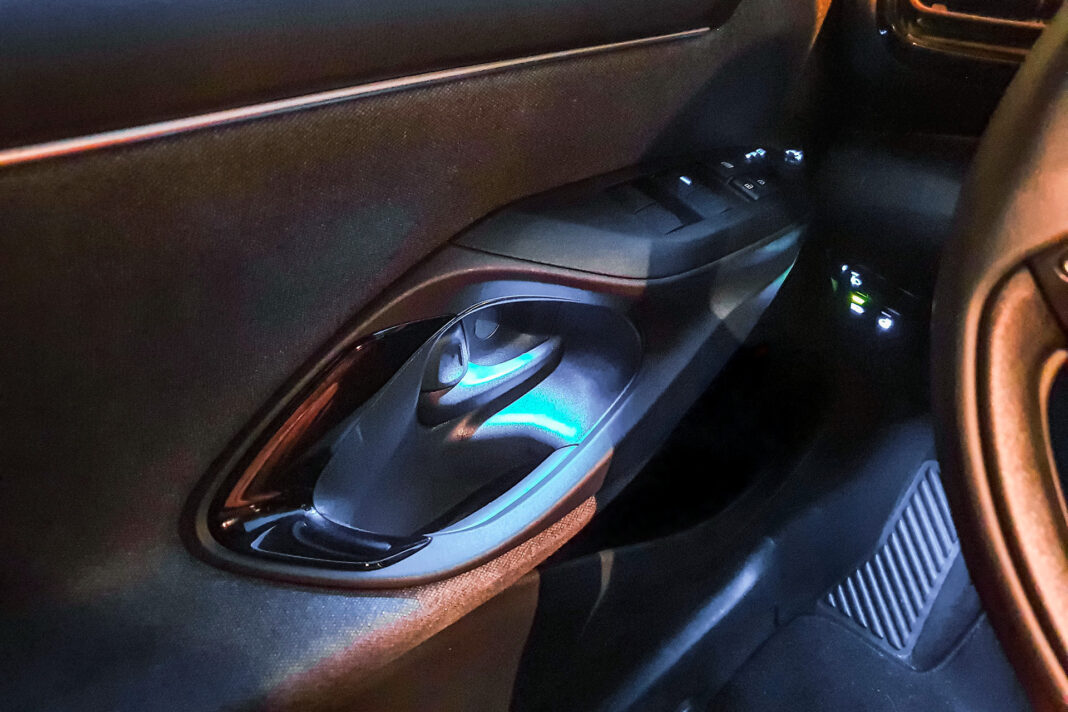 Toyota Yaris 1.5 Hybrid - oświetlenie wnętrza