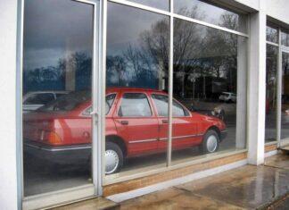 Opuszczony salon Forda, a w nim... prawdziwe skarby!