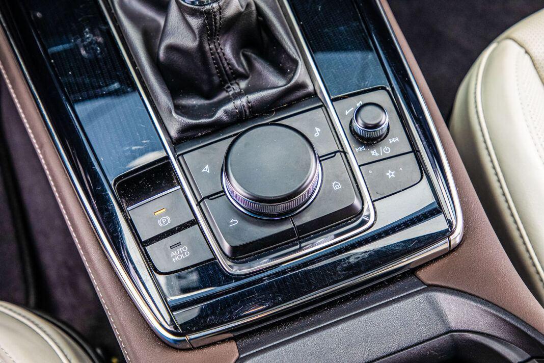 Mazda CX-30 - panel między fotelami