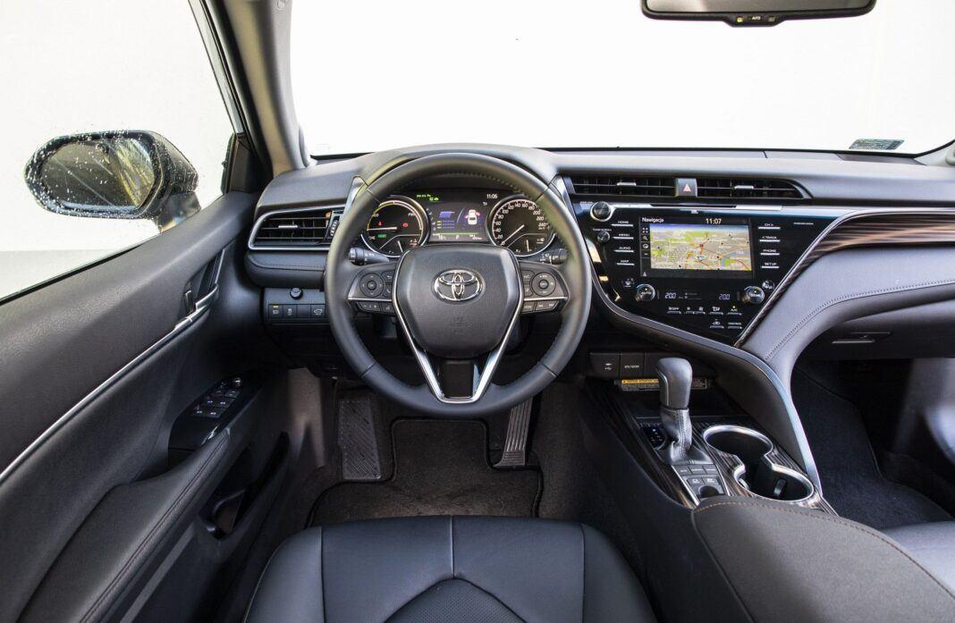 Toyota Camry Hybrid 2020 - test - deska rozdzielcza