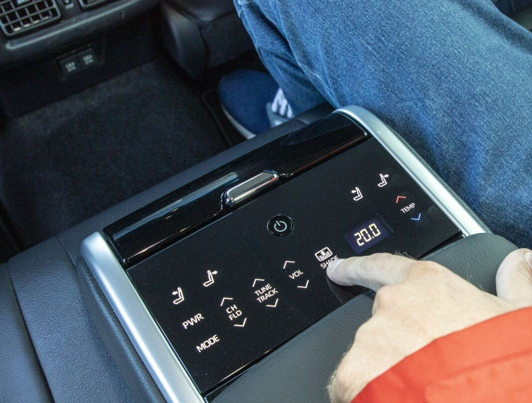 Toyota Camry Hybrid 2020 - test - podłokietnik pakiet VIP