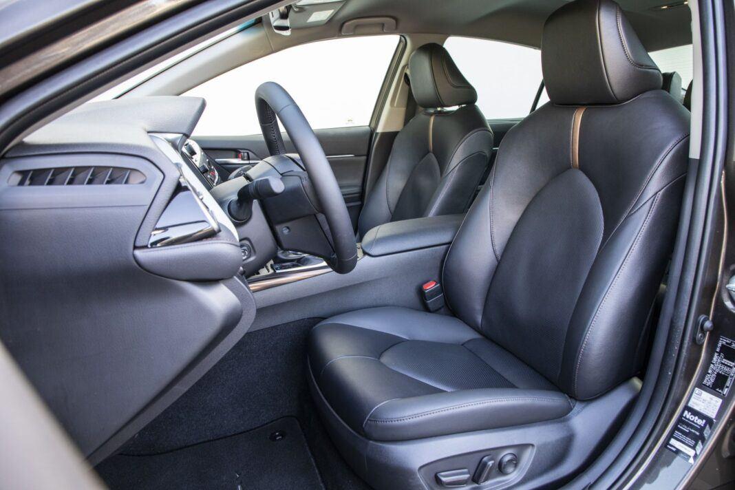 Toyota Camry Hybrid 2020 - test - przednie fotele