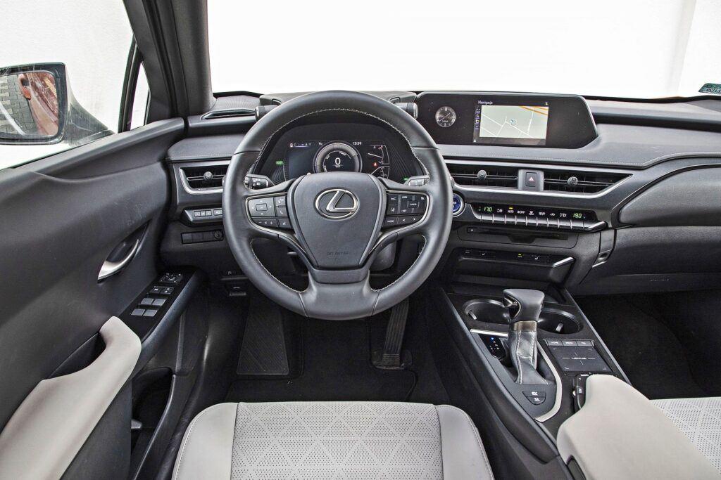 Lexus UX 250h - deska rozdzielcza