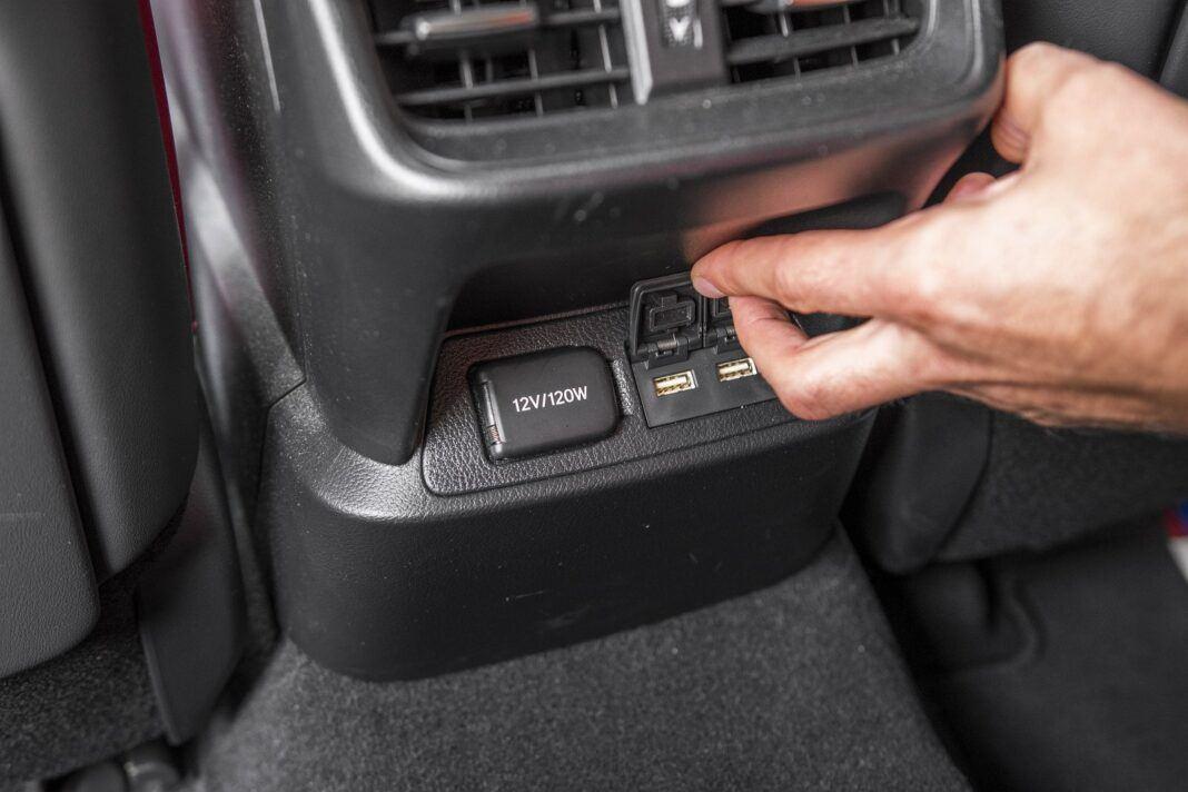 Lexus ES 300h F Sport Edition test 2020 - gniazda USB z tyłu