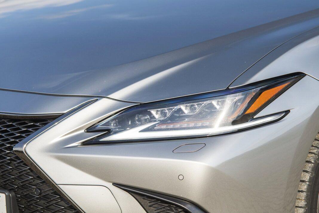 Lexus ES 300h F Sport Edition test 2020 - reflektory Full LED L-Shape