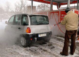 Czy zimą można myć samochód? Jak umyć auto, by nic nie uszkodzić?
