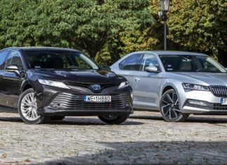 """Skoda Superb iV, Toyota Camry Hybrid – porównanie napędów hybrydowych: plug-in oraz """"tradycyjnego"""""""