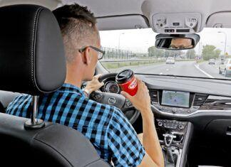 Jedzenie i picie za kierownicą. To może doprowadzić do tragedii!