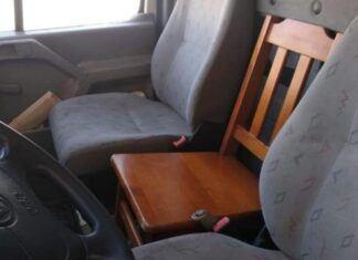 Przewoził pasażera na drewnianym krześle